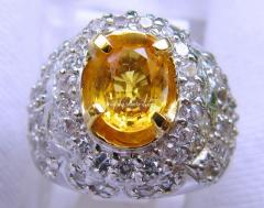 Ring with yellow sapphire